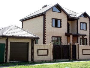 Дом и забор из гипперпрессованного кирпича