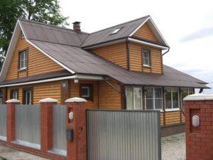 Большой загородный дом с крышей из ондулина