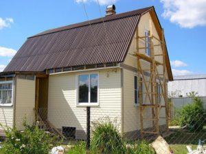Дачный домик с крышей из ондулина